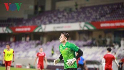 Đang dự Asian Cup, Văn Lâm vẫn tranh thủ dạy tiếng Nga cho người hâm mộ