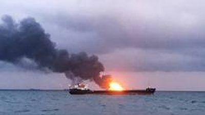 Tàu bốc cháy dữ dội trên eo biển Kerch khiến 10 người thiệt mạng