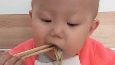 Em bé đang gây 'bão mạng' nhờ màn ăn uống thun thút khiến nhiều phụ huynh chỉ ước một điều hết cảnh 'đánh vật' cho con ăn
