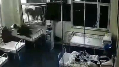 Xe tải lùi sập tường bệnh viện, lao thẳng vào giường bệnh