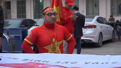Chàng trai khuyết tật đi 40km cổ vũ đội tuyển Việt Nam đấu Nhật Bản