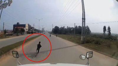 Tài xế container đánh lái xuất thần, cứu sống bé trai sang đường kiểu 'cảm tử'