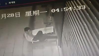 Cố lẻn vào nhà khi cửa cuốn đang đóng, tên trộm nhận cái kết đắng