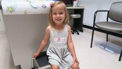 Cuộc phẫu giúp cô bé bị dị tật chân ngược ra sau có bước đi đầu tiên