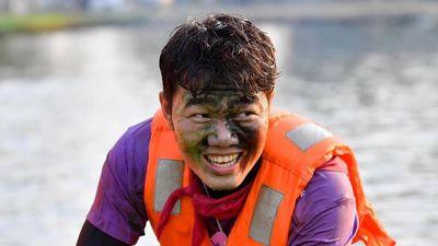 Fan lạ lẫm, bất ngờ với hình ảnh màu mè của Xuân Trường ở Thái Lan