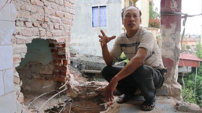 Mìn nổ thủng tường nhà 2 tầng, 9 người thoát chết