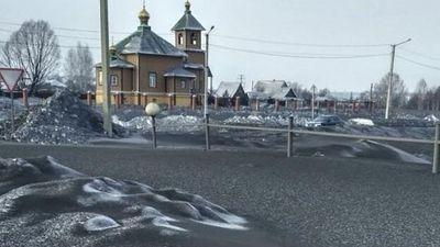 Tuyết đen kỳ lạ phủ kín đường phố do ô nhiễm bụi than