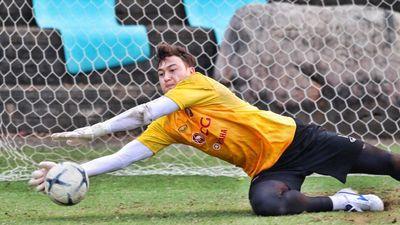 Đặng Văn Lâm nổi bật trong buổi tập ở Muangthong nhờ bắt dính bóng