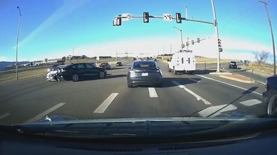 Tesla Model 3 phanh kịp thời tránh tai nạn thảm khốc từ xe vượt đèn đỏ
