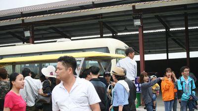 Khai hội chùa Tam Chúc lớn nhất thế giới, người dân khốn khổ chờ cả tiếng, đu bám lên xe điện