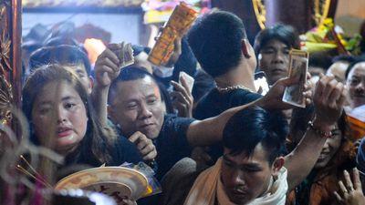Đại biểu vơ lộc, ném tiền tại lễ khai ấn đền Trần