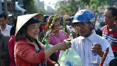 Du khách cảm động với con đường 'miễn phí' tại lễ hội chùa Bà