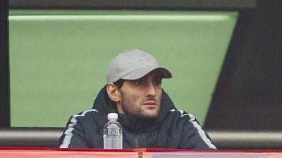 Fellaini lặng lẽ chứng kiến bàn thắng mở tỷ số của Văn Quyết
