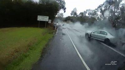 Tai nạn kinh hoàng tại khúc cua, ô tô nát bét đầu