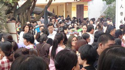 Hàng ngàn người đổ về Phủ Tây Hồ đi lễ ngày Rằm tháng Giêng