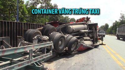 Tai nạn lật xe nguy hiểm, thùng container văng trúng taxi