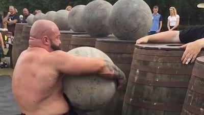 Người đàn ông lực lưỡng nâng liên tiếp 9 hòn đá nặng hơn 500 kg
