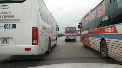 Ôtô bị bao vây bởi 3 xe khách đang giành đường