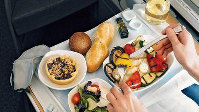 Vì sao chúng ta thấy thức ăn trên máy bay dở tệ?