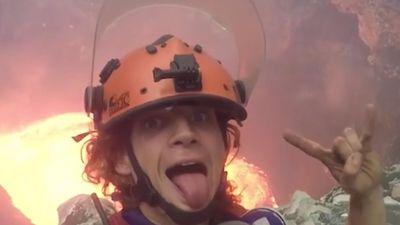 Chàng trai 'trồng chuối', chụp ảnh trên miệng núi lửa 700 độ C