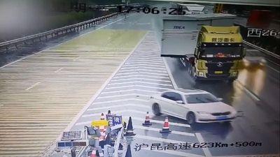 BMW chuyển làn bất cẩn khiến container 'vạ lây' trên cao tốc