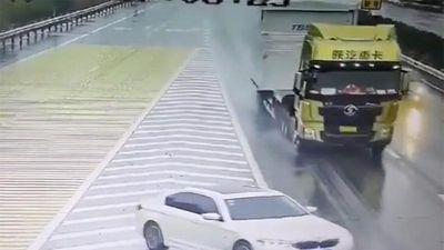 Cắt đầu xe container, chiếc BMW thoát nạn nhờ điều này