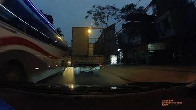 Tài xế ôtô 4 chỗ tìm mọi cách chặn đầu xe tải để cảnh báo nguy hiểm