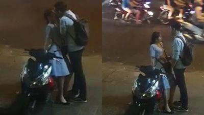 Nụ hôn tạm biệt của đôi bạn trẻ giữa chốn đông người chẳng bị lên án mà còn khiến hội FA gato tột cùng