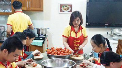 Biết con khuyết tật trí tuệ sẽ đứt tay khi làm bếp, mẹ vẫn quyết giao việc