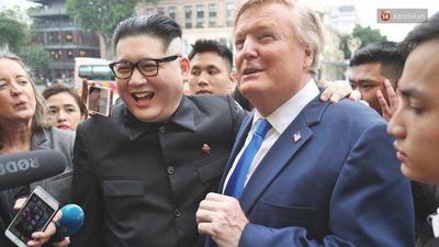 Bản sao của ông Trump và Kim Jong-un bị bảo vệ mời ra khỏi khách sạn