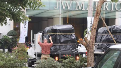 Đoàn xe chở thiết bị phục vụ Tổng thống Mỹ tới khách sạn Marriott