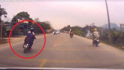 Lạng lách trước đầu xe ô tô, 2 thanh niên gặp cái kết đắng
