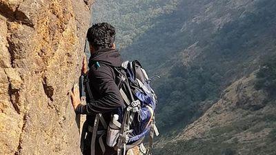 Rùng mình video đi bộ trên vách núi cao 1.200m nguy hiểm nhất thế giới