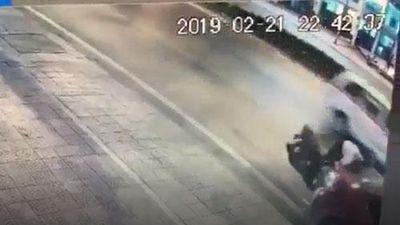 CLIP: Thiếu quan sát, người đàn ông phóng thẳng xe máy vào đuôi ô tô