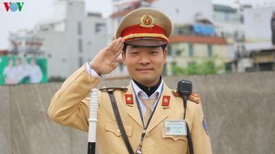 Trung úy công an kể khoảnh khắc 'giành sự sống' trên cầu Chương Dương