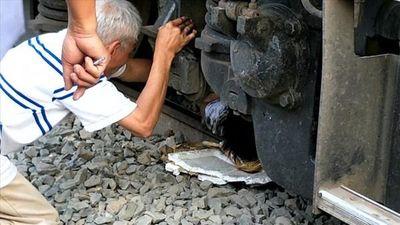 Hiện trường giải cứu người đàn ông mắc kẹt dưới bánh tàu hỏa