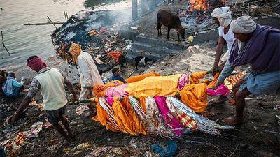 Ấn Độ: Tung, ném tro tại lễ hội để bày tỏ tình cảm với người quá cố