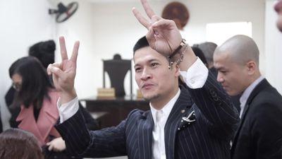Đạo diễn Việt Tú giơ tay vui mừng sau vụ kiện