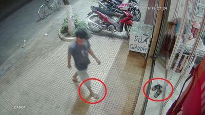 Clip: Người đàn ông đi chân đất thản nhiên xỏ trộm dép trước cửa nhà dân