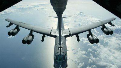 'Pháo đài bay' Mỹ áp sát biên giới, chiến cơ Nga xuất kích xua đuổi