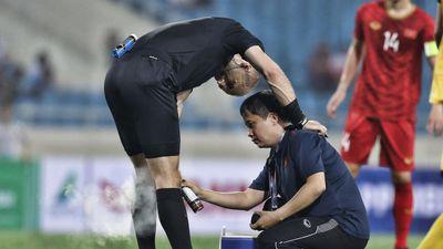 Pha va chạm hy hữu của trọng tài khiến trận U23 Việt Nam bị gián đoạn