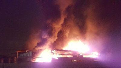 CLIP: Xe cháy dữ dội lan sang cả nhà dân, 50 hành khách bung cửa tháo chạy
