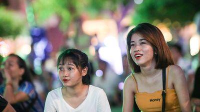Người dân bắc ghế, trải bạt xem trận Việt Nam 'hủy diệt' Brunei