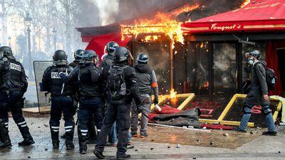 Pháp cấm biểu tình tại nhiều thành phố, triển khai quân đội tuần tra