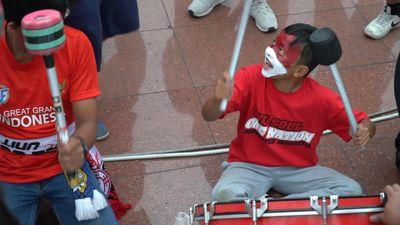 Fan nhí Indonesia gây huyên náo ở sân Mỹ Đình