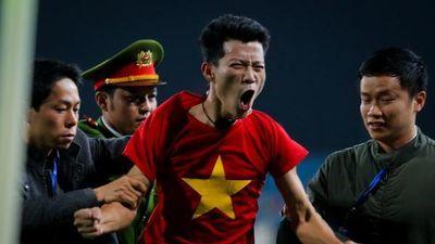 CĐV vượt rào an ninh, lao vào sân ăn mừng cùng U23 Việt Nam