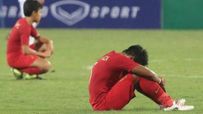 Cầu thủ U23 Indonesia gục ngã trên sân sau trận thua đáng tiếc