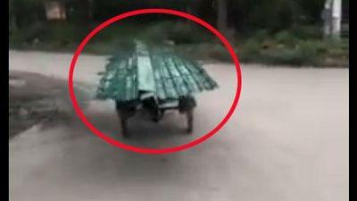 XEM MÀ CHOÁNG: Chiếc xe chở tôn 'KHÔNG NGƯỜI LÁI' vẫn chạy băng băng trên đường và sự thật ngỡ ngàng
