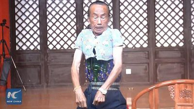 CLIP: Cụ già 72 tuổi thu nhỏ cơ thể để mặc vừa áo trẻ 3 tuổi