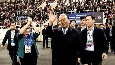 Khoảnh khắc Thủ tướng Nguyễn Xuân Phúc xuống sân chúc mừng U23 VN